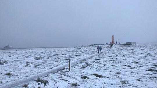甘肅碌曲八月飛雪 尕海湖畔白雪皚皚