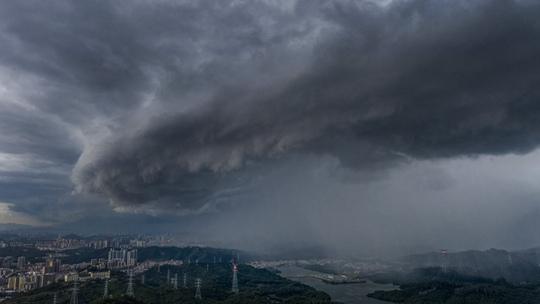 臺風來襲 烏云席卷深圳上空猶如電影特效