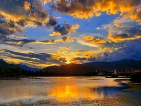 四川甘孜格薩爾王城 天空自帶金色濾鏡處處如畫
