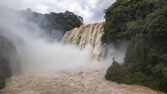 強降雨致黃果樹瀑布水流飛瀉而下氣勢恢宏