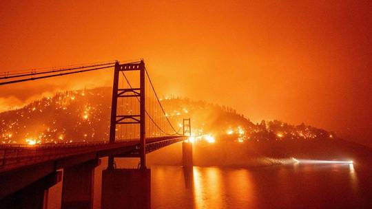 美國加州火災持續 舊金山被橙色煙霧籠罩
