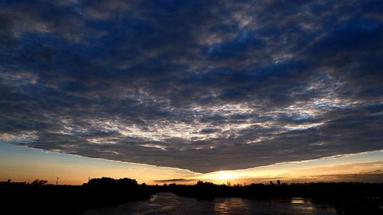 """哈尔滨太阳岛现奇特云 天空被整齐""""分割"""""""