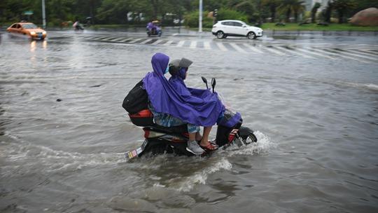 台风红霞影响海南 三亚多路段积水阻出行