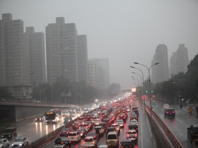 北京秋雨遇上早高峰 道路湿滑交通拥堵