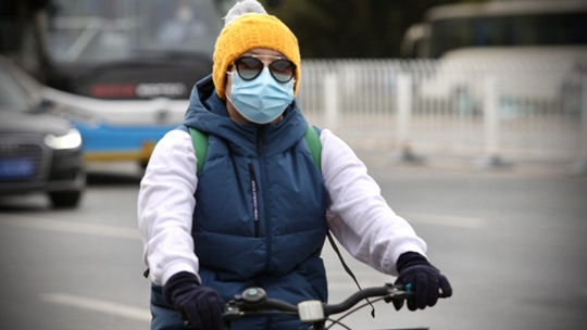 冷飕飕!北京今晨最低气温不足10℃ 街头市民换厚装出行