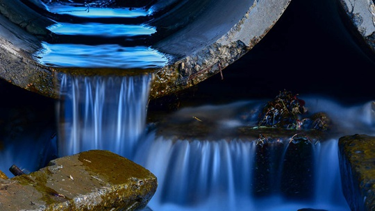 大兴安岭清冽溪水涓涓流泻 似流动水晶