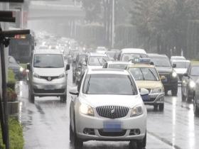 广西南宁现雨雾天气 能见度不佳交通受阻