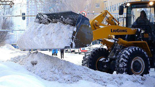 風雪過后 哈爾濱民眾忙清雪保暢通