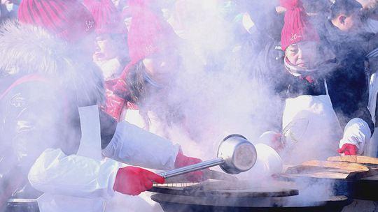 哈爾濱采冰節盛大啟幕 冰水煮餃子受歡迎