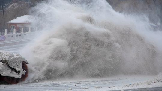 雪浪滚滚 吉林市北山风景区清雪场面壮观