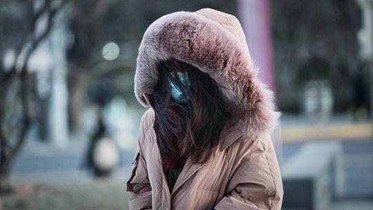 北風呼嘯?+降溫!實拍寒冷天氣下的北京街頭