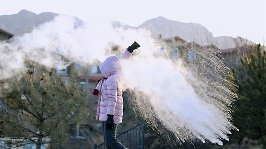 """寒潮""""速冻""""北京 市民体验泼水成""""冰"""""""