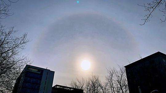 北京午后惊现日晕景观 光环耀眼夺目