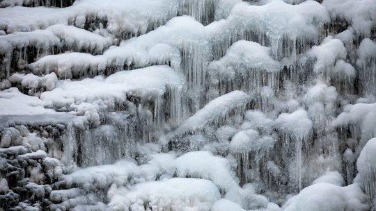 江西庐山三叠泉 百米冰瀑挂悬崖