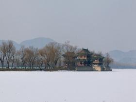 北京颐和园昆明湖积雪未融 平整如白毯