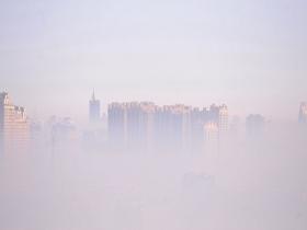 雾气弥漫 我国多地出现大雾天气城市如披纱