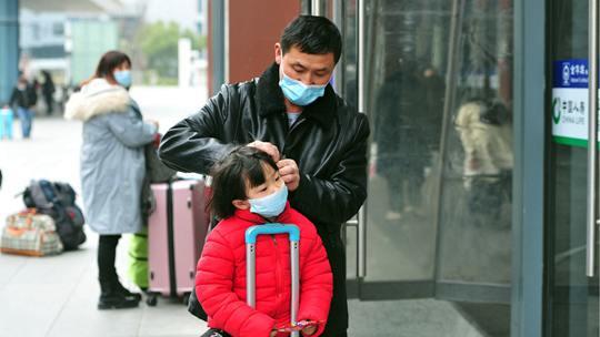 浙江金华迎春运返乡客流 旅客佩戴口罩有序出行