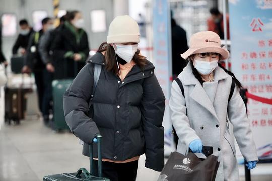 疫情下的北京西站 返乡旅客做好防护措施有序进站
