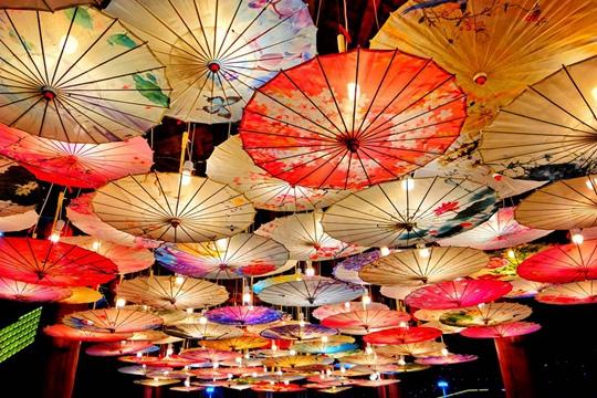湖南湘西民族文化园花灯通明 年味仍浓