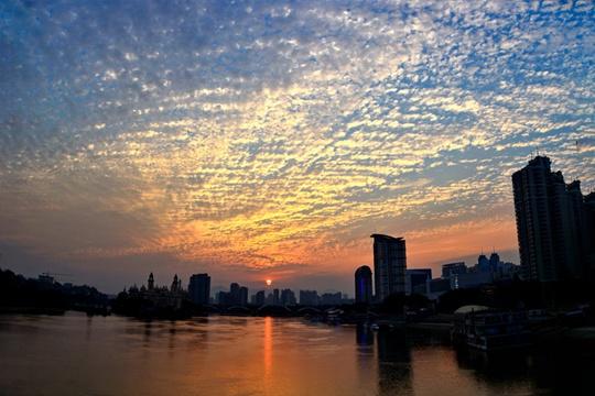 鱼鳞云金色晚霞齐现福州天空 场面壮观
