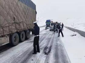 降雪致甘肃碌曲车辆通行受阻 交通部门全力疏导
