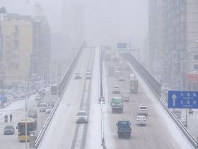 哈尔滨遭遇降雪侵袭 道路积雪能见度差影响交通