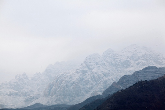 实拍雪后北京群山宛如水墨画 壮美巍峨