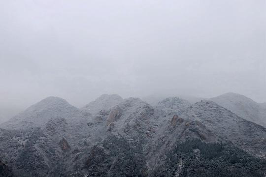 雪后北京群山云雾缭绕 宛如世外桃源