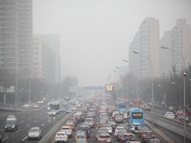北京今晨能见度不佳 早高峰部分路段交通拥堵