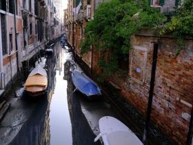 """""""水城""""缺水 意大利威尼斯现罕见低潮"""