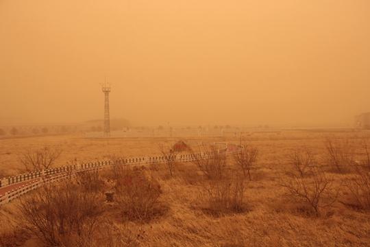 沙尘已到内蒙古!二连浩特遭遇沙尘暴 黄沙漫天