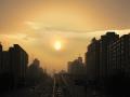 实拍!北京沙尘回流 落日高悬透出朦胧感