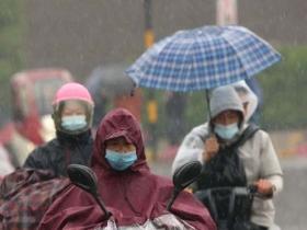 江西南昌早高峰遇降雨 市民冒雨出行