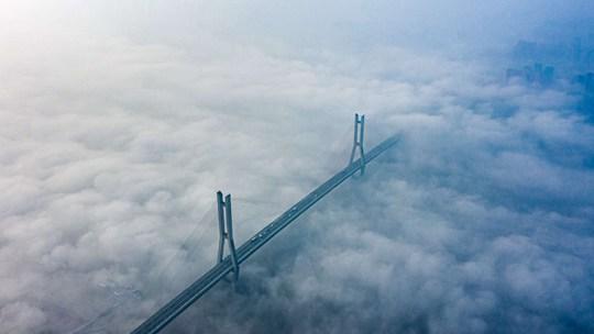 """湖北鄂黄大桥""""漂浮""""雾海之上如仙境"""
