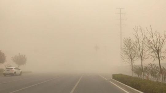 新疆哈密市遭遇沙尘暴 天空昏黄