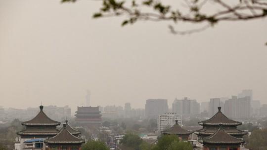 沙尘开始影响北京西北部地区 景山实拍空气质量转差