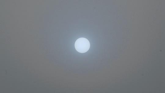 """北京天空再度出现""""蓝太阳"""""""