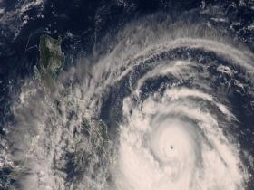 """卫星之眼看""""舒力基"""":台风中心已""""开眼"""" 目前已加强为强台风"""