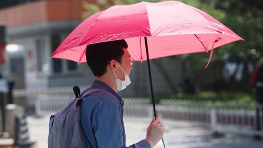 北京气温已创今年来新高 街头行人光腿出行