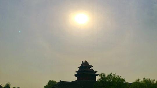 北京故宫角楼上空出现日晕景观