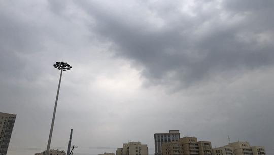 带伞!北京天空被乌云笼罩 零星雨点飘落