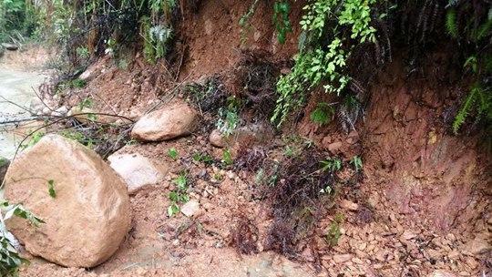 江西武宁遭遇强对流 河水上涨路面塌方