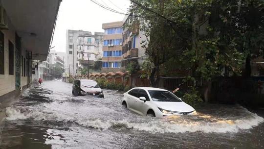 大雨倾盆!广东廉江多路段现水浸街 行车如行船