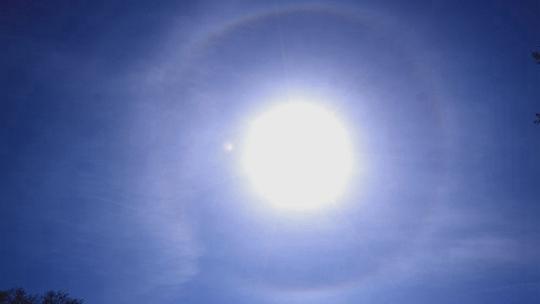 哈尔滨阳光在线天空湛蓝 日晕景观美轮美奂