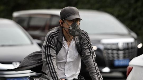 """北京多地现轻至中度污染 街头市民""""全副武装""""出行"""