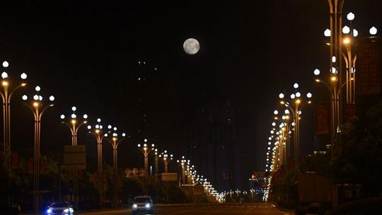 皓月当空 圆月如玉盘悬挂重庆丰都夜空