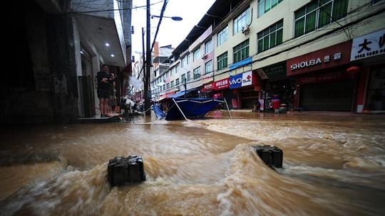 重庆酉阳遭遇暴雨 街道水流成河房屋被淹