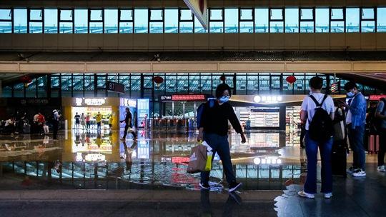 湖北武汉遭遇暴雨 武汉站候车大厅屋顶漏水