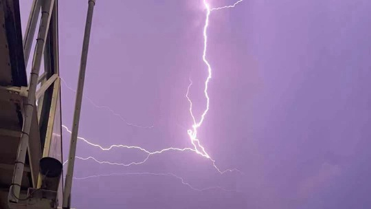 震撼!实拍一道闪电划过安徽合肥夜空