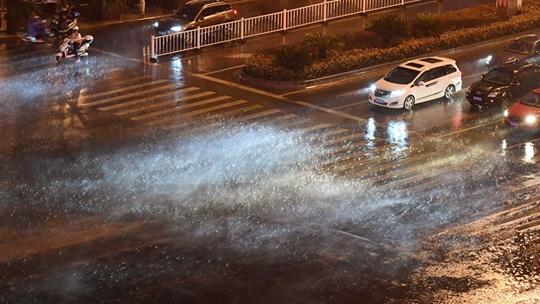 大雨瓢泼!浙江金华电闪雷鸣疾风骤雨 部分城市道路积水严重